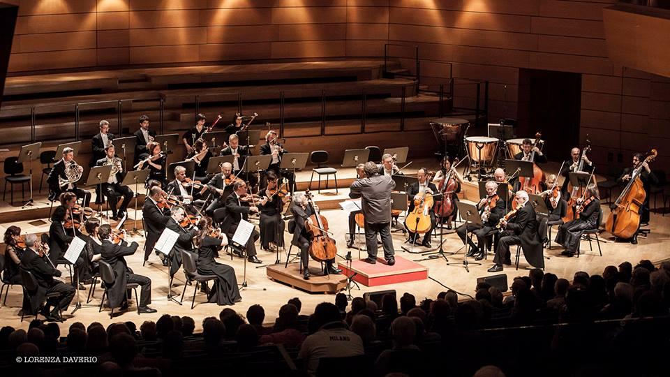 """Carlo Boccadoro dirige """"Tema e variazioni per violoncello e orchestra"""" di Giovanni Sollima [30 aprile 2015] photo: Lorenza Daverio, dalla pagina facebook I Pomeriggi Musicali"""